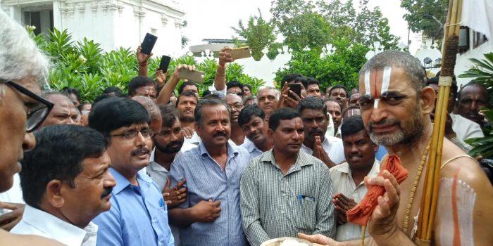 మీరే కాపాడాలి...చినజీయర్ దగ్గరకు ఆర్టీసి కార్మికులు